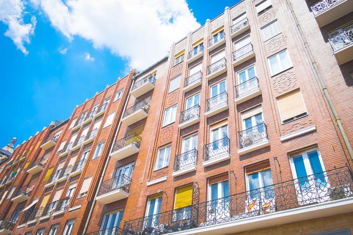 Élénkülőben van a használt lakóingatlanok országos piaca, legalábbis erre utalnak a májusi adatok. Az ingatlan.com becslése szerint összesen 11 800 használt lakás és ház adásvételére került sor a hónapban. Ez 32 százalékos növekedést jelent tavaly májushoz képest.