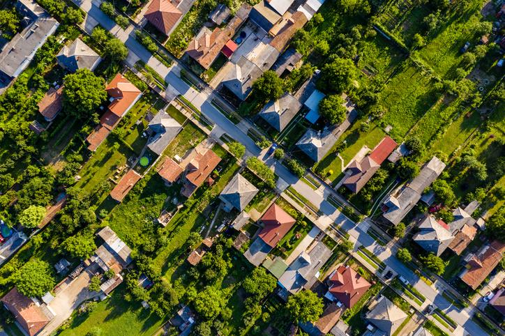 Budapest lakossága 2020-ban majdnem 13 ezer fővel csökkent, és a megyeszékhelyeken is kevesebben éltek 2021 januárjában mint egy évvel ezelőtt. Az érintett városok agglomerációjában viszont sok település gyarapodott. Legfrissebb elemzésünkben összegyűjtöttük, mely települések voltak a koronavírus nyertes és vesztes települései.