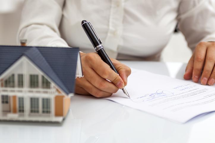 A tulajdoni lap – mint az ingatlanügyletek kísérőokmánya – mindenkinek magától értetődő okirat. De azt, hogy miért hasznos és hogyan miben tud nekünk segíteni, már kevésbé tudjuk. Most tisztázzuk az alapvető kérdéseket.