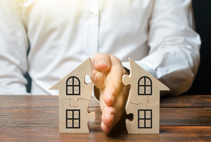 Sokszor fejtörést okoz az ingatlankeresők számára egy több lakásból álló, de társasházzá nem alakult, közös tulajdonú ingatlan vásárlása. De mit jelent a közös tulajdonú ház, és mit nevezünk házrésznek?