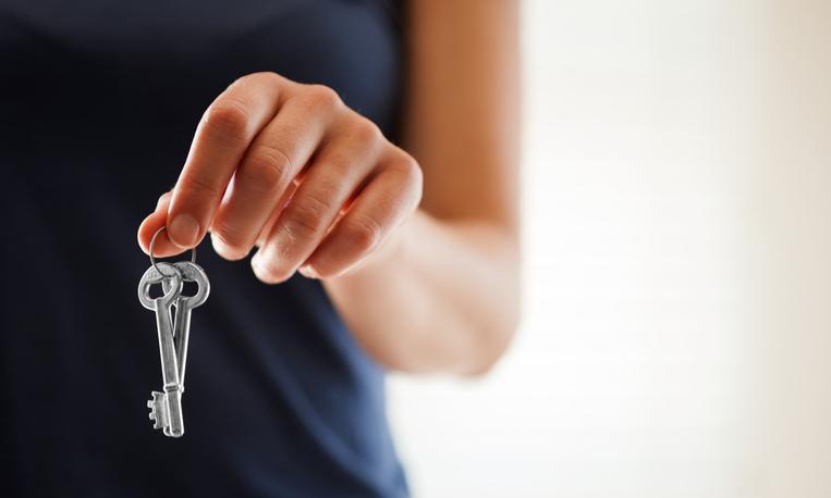 A bérbeadók egyik kockázata, ha a bérleti jogviszony megszűnését követően a bérlő jogellenes és szerződésszegő módon nem hagyja el az ingatlant. A lakás kiürítését ilyenkor csak egy hosszas pereskedés után indított végrehajtási eljárásban lehet elérni.De vannak jogi megoldások, amelyek segíthetnek az adott helyzetben.