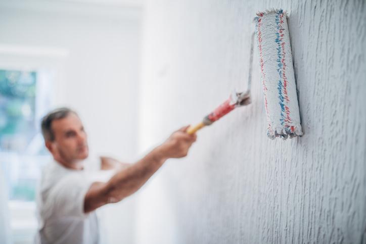 Lakáseladáskor szeretnénk, hogy otthonunk a lehető legjobb arcát mutassa a potenciális vevők számára, akik belépnek ajtónkon. Ilyenkor jön képbe a home staging, egy olyan lakásrendezési módszer, ami kiemeli az ingatlan előnyeit. Ha jól csináljuk, az adásvételre jóval gyorsabban kerül sor, emellett a vételárat is jelentősen feltornázhatjuk. Mutatjuk hogyan!