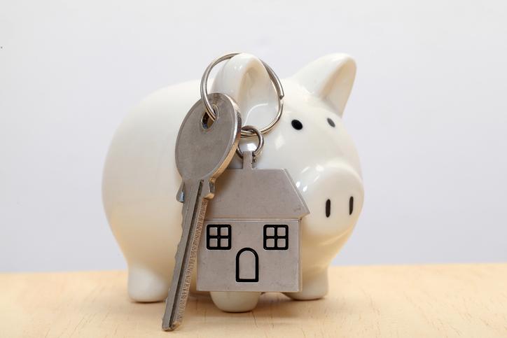 """Akár tulajdonosok vagyunk, akár bérlők, jó, ha ismerjük a bérleti jogviszony szabályait, hogy elkerüljük az esetleges konfliktusokat. Emelkedhet-e a kaució összege, ha a bérbeadó értékes berendezési tárgyakat hagy a lakásban? """"Le lehet lakni"""" az óvadék összegét kiköltözés előtt? Mikor jár vissza a biztosíték, és mennyi tartható vissza belőle?"""