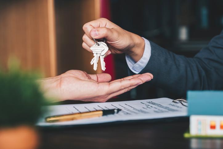 Az ingatlanvásárlás során sosem lehetünk elég körültekintőek. Mindegy, hogy családi házat vagy társasházi lakást szemeltünk ki, az ingatlan típusától függetlenül számos buktató várhat ránk, ha nem készülünk fel minden helyzetre. Ezért most összegyűjtöttünk hat fontos lépést, amit érdemes körbejárnunk, mielőtt végleges döntést hoznánk.