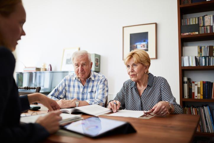 Az ingatlanajándékozás egyenes ági rokonoknál a vagyonátruházás költséghatékony módja. Mennyi az illeték? Visszakérhető az ajándék?